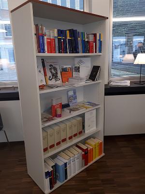Nomos-Bücher im Café Grundrechte in Karlsruhe